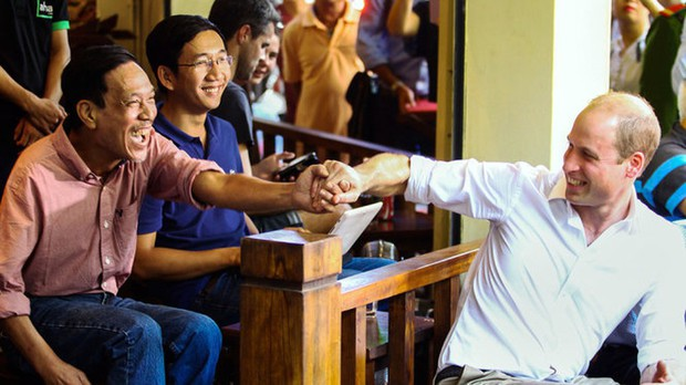 Hình ảnh bình dị của các nguyên thủ quốc gia trong chuyến công du đến Việt Nam: Chơi đàn bầu, ăn bún chả, uống cà phê vỉa hè - Ảnh 10.