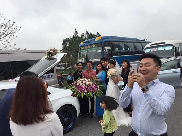 Góc lạc quan: Cô dâu chú rể cùng quan viên 2 họ rủ nhau xuống đường chụp ảnh trong lúc chờ hết ùn tắc - Ảnh 1.