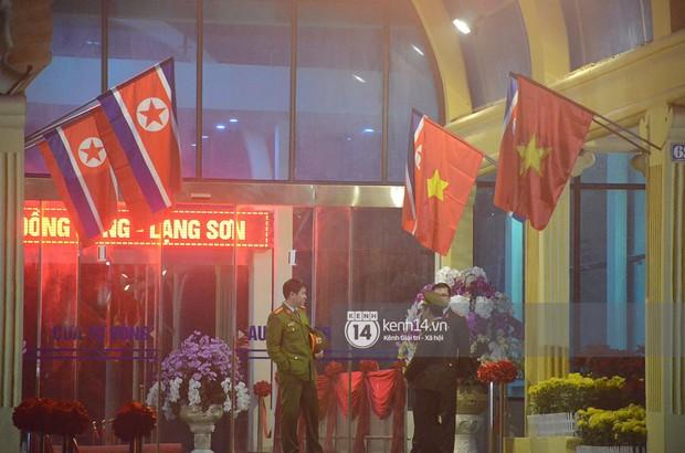 Phóng viên đội mưa, lấy khoá số khoá thang khung chiếm chỗ trước ga Đồng Đăng chờ ghi hình thời điểm Chủ tịch Kim Jong-un về nước - Ảnh 2.