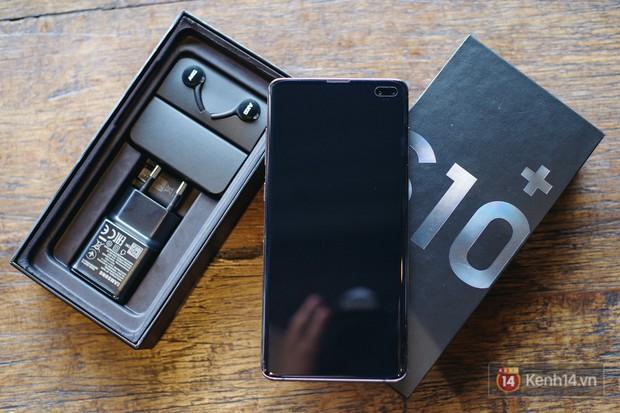 Mở hộp Galaxy S10+ chính thức tại Việt Nam: Thiết kế cực đẹp, 3 camera sau, cảm biến vân tay dưới màn hình - Ảnh 2.