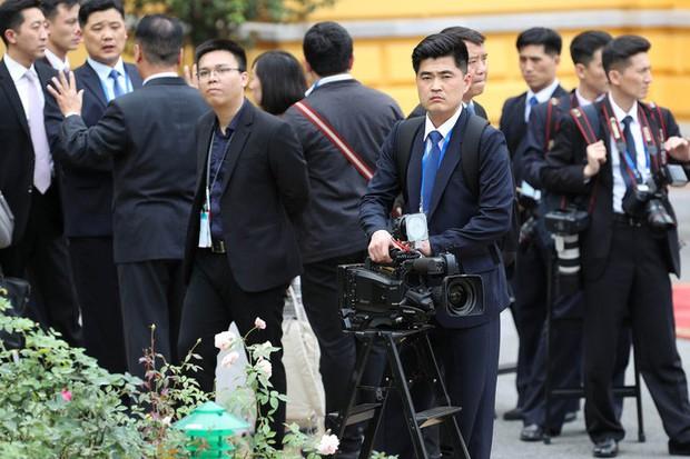 Soi đồ nghề của phóng viên Triều Tiên tháp tùng Chủ tịch Kim Jong-un - Ảnh 1.