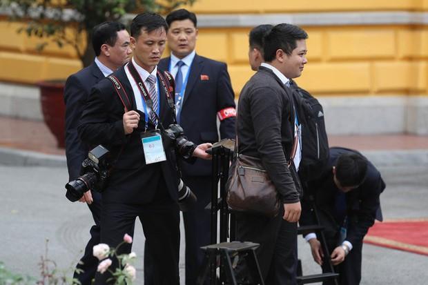 Soi đồ nghề của phóng viên Triều Tiên tháp tùng Chủ tịch Kim Jong-un - Ảnh 2.