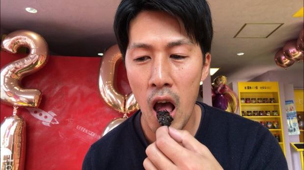 Ăn thử bọ lực sĩ rang muối trong máy bán côn trùng ở Nhật và cái kết sạn mồm - Ảnh 9.
