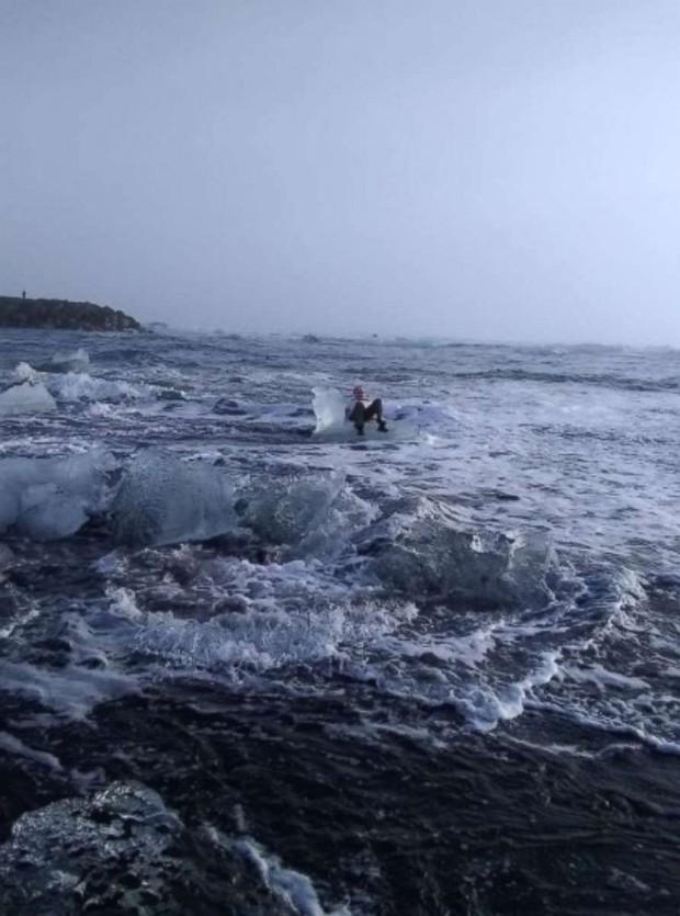 Ngồi trên tảng băng để chụp ảnh tự sướng, bà cụ bị sóng đánh dạt ra biển - Ảnh 2.