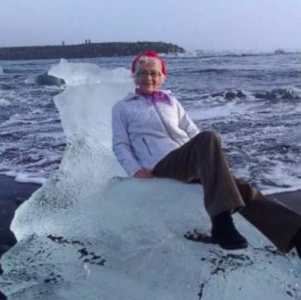 Ngồi trên tảng băng để chụp ảnh tự sướng, bà cụ bị sóng đánh dạt ra biển - Ảnh 1.