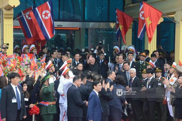 Ông Kim Jong-un vẫy tay tạm biệt và cảm ơn Việt Nam, lên tàu bọc thép trở về Triều Tiên - Ảnh 27.