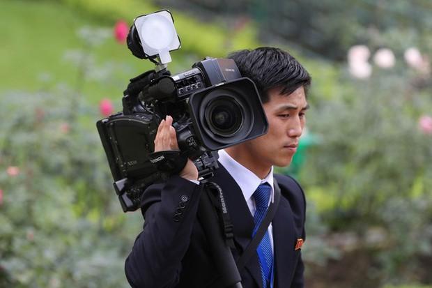 Soi đồ nghề của phóng viên Triều Tiên tháp tùng Chủ tịch Kim Jong-un - Ảnh 5.