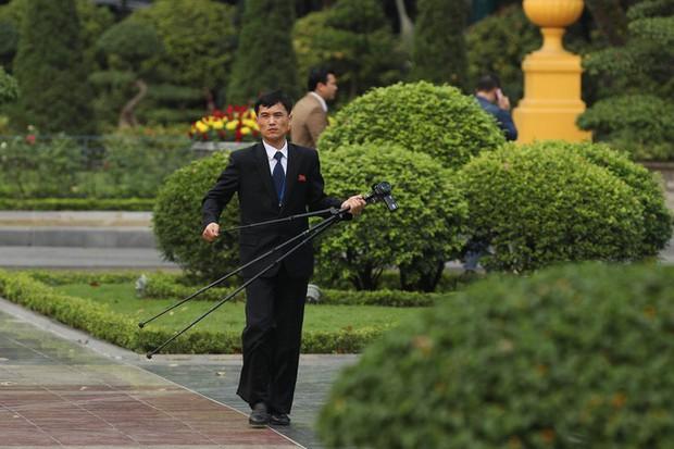 Soi đồ nghề của phóng viên Triều Tiên tháp tùng Chủ tịch Kim Jong-un - Ảnh 7.