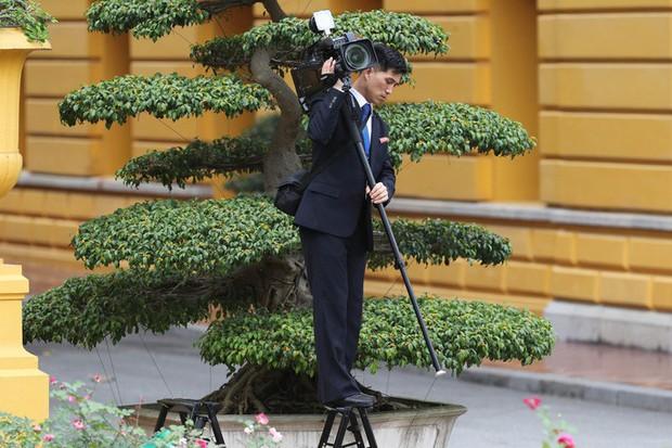 Soi đồ nghề của phóng viên Triều Tiên tháp tùng Chủ tịch Kim Jong-un - Ảnh 8.