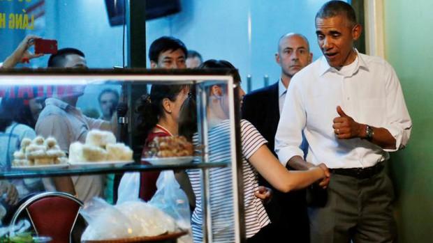 Hình ảnh bình dị của các nguyên thủ quốc gia trong chuyến công du đến Việt Nam: Chơi đàn bầu, ăn bún chả, uống cà phê vỉa hè - Ảnh 8.