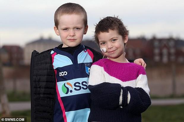 Cậu bé 6 tuổi dũng cảm cạo đầu để quyên tiền cho bạn thân chữa bệnh ung thư - Ảnh 1.