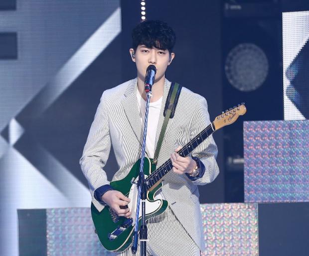 Vì sao Jonghyun bị fan yêu cầu đuổi khỏi CNBLUE nhưng vẫn được FNC một mực giữ lại? - Ảnh 3.
