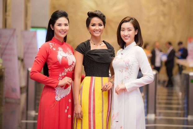 Ngọc Hân và Đỗ Mỹ Linh cùng tới chúc mừng H'Hen Niê nhưng khoảnh khắc ba người đẹp đọ sắc mới đáng chú ý! - Ảnh 2.