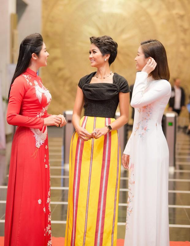 Ngọc Hân và Đỗ Mỹ Linh cùng tới chúc mừng H'Hen Niê nhưng khoảnh khắc ba người đẹp đọ sắc mới đáng chú ý! - Ảnh 3.
