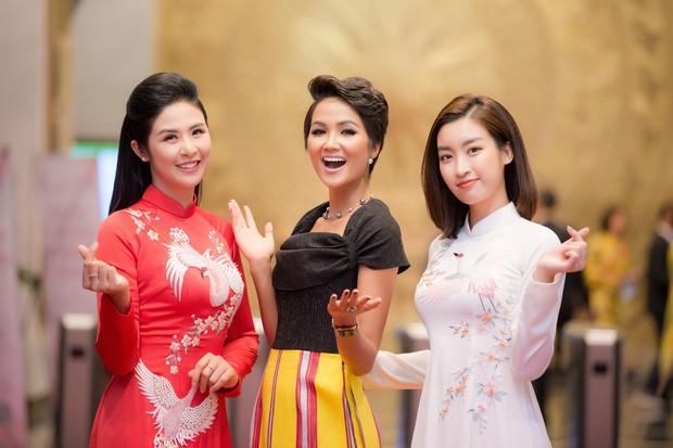Ngọc Hân và Đỗ Mỹ Linh cùng tới chúc mừng H'Hen Niê nhưng khoảnh khắc ba người đẹp đọ sắc mới đáng chú ý! - Ảnh 1.