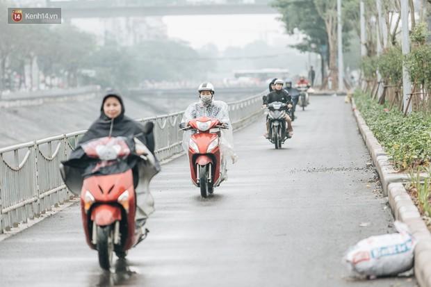 Đường đi bộ ven sông Tô Lịch: Xe máy phi ầm ầm dù có biển cấm, xe đạp vượt 3 hàng rào sắt trong ức chế - Ảnh 2.