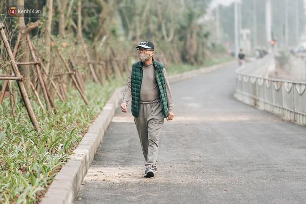 Đường đi bộ ven sông Tô Lịch: Xe máy phi ầm ầm dù có biển cấm, xe đạp vượt 3 hàng rào sắt trong ức chế - Ảnh 15.