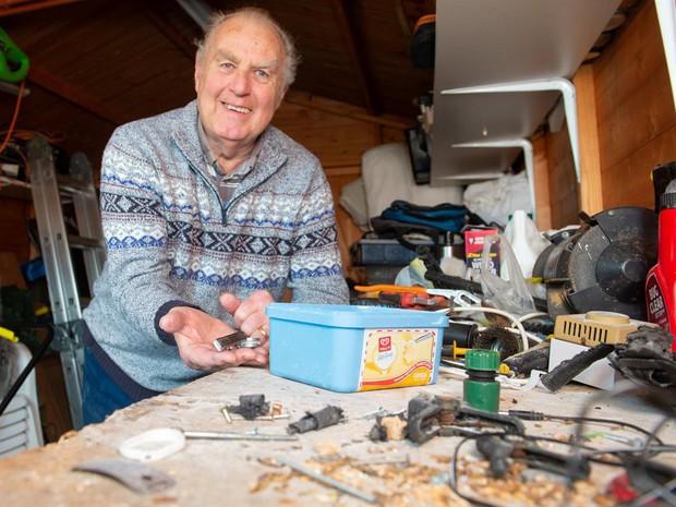 Như phim Disney: Ông lão phát hiện chú chuột nhỏ bí mật giúp mình dọn dẹp bàn làm việc mỗi đêm - Ảnh 1.