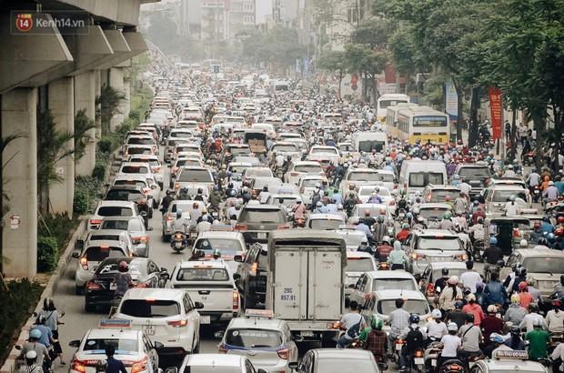 Hà Nội tiếp tục nghiên cứu cấm xe máy trên 6 tuyến phố, dừng đăng ký xe ở nội thành - Ảnh 1.