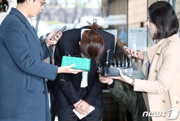 Jung Joon Young trình diện thẩm vấn trước khi bị bắt: Bật khóc nhận tội nhưng lại là cảnh cầm giấy xin lỗi quen thuộc - Ảnh 8.