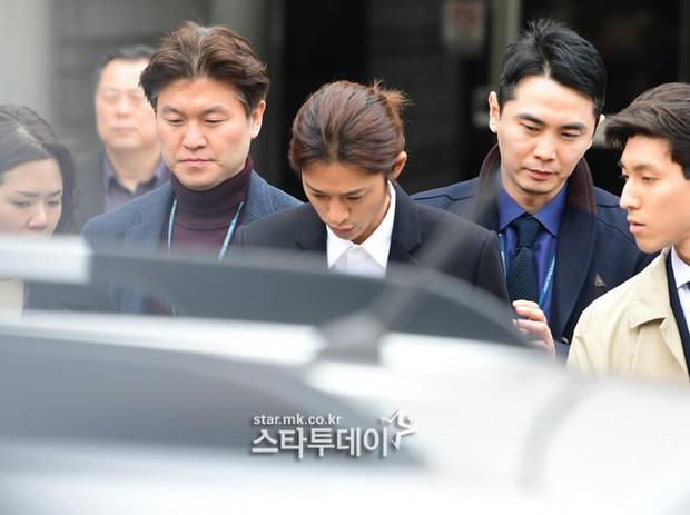 NÓNG: Công bố hình ảnh Jung Joon Young bị trói chặt 2 bên, còng tay giải đến trại giam để chờ lệnh bắt - Ảnh 8.
