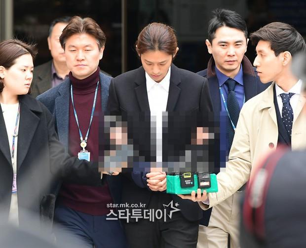 NÓNG: Công bố hình ảnh Jung Joon Young bị trói chặt 2 bên, còng tay giải đến trại giam để chờ lệnh bắt - Ảnh 1.