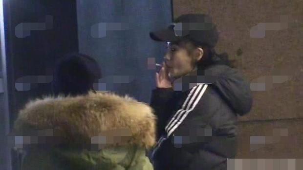 Hình ảnh đối lập gây tranh cãi của Angela Baby: Vừa trong sáng như công chúa đã vội phì phèo điếu thuốc trên tay - Ảnh 8.