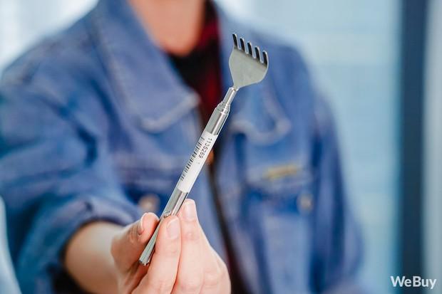 Gãi ngứa thanh lịch với dụng cụ cào lưng nhìn như cây bút mực nằm gọn trong túi áo - Ảnh 2.