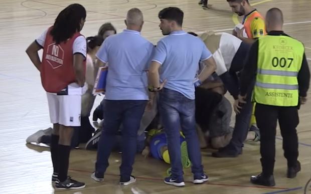 Cầu thủ futsal qua đời sau khi bị đột quỵ trên sân, cầu thủ và các CĐV bật khóc nức nở - Ảnh 1.