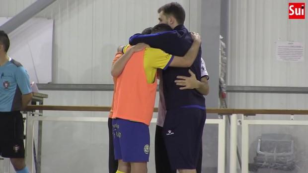 Cầu thủ futsal qua đời sau khi bị đột quỵ trên sân, cầu thủ và các CĐV bật khóc nức nở - Ảnh 3.