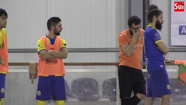 Cầu thủ futsal qua đời sau khi bị đột quỵ trên sân, cầu thủ và các CĐV bật khóc nức nở - Ảnh 2.