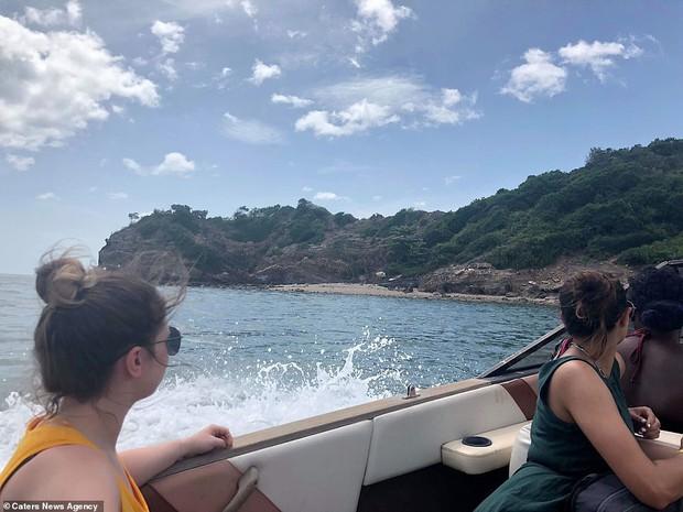 Cú lừa: Nhóm khách Tây 18 người mua vé lặn biển rồi bị bỏ rơi trên hoang đảo toàn rắn ở Thái Lan - Ảnh 1.