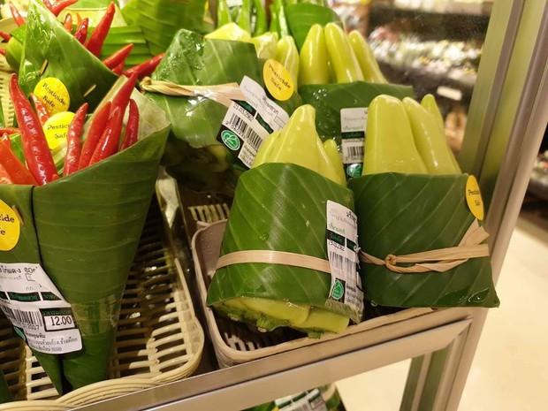 Giải pháp cực hay: cửa hàng ở Chiang Mai dùng lá chuối bọc thực phẩm để hạn chế túi nhựa - Ảnh 4.