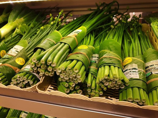 Giải pháp cực hay: cửa hàng ở Chiang Mai dùng lá chuối bọc thực phẩm để hạn chế túi nhựa - Ảnh 3.