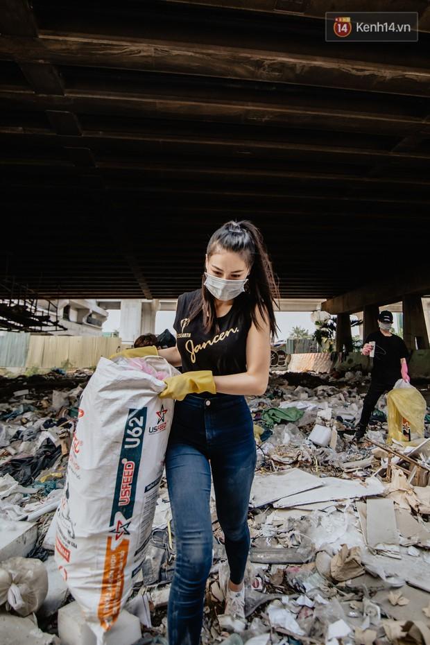 """Hoa hậu Phương Khánh, Han Sara và nhóm Uni5 nhiệt tình thực hiện """"Thử thách dọn rác"""", làm sạch rác dưới chân cầu Sài Gòn - Ảnh 3."""