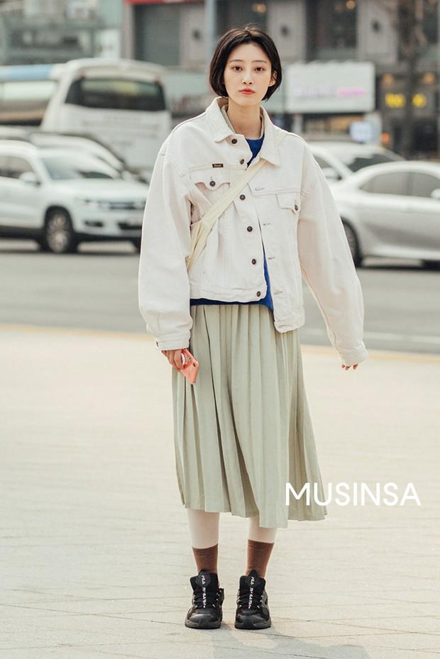 Street style giới trẻ Hàn tuần qua chứng minh đỉnh cao của mặc đẹp chính là lên đồ đơn giản hết cỡ nhưng vẫn đẹp hết nấc - Ảnh 1.