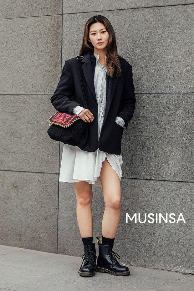 Street style giới trẻ Hàn tuần qua chứng minh đỉnh cao của mặc đẹp chính là lên đồ đơn giản hết cỡ nhưng vẫn đẹp hết nấc - Ảnh 10.