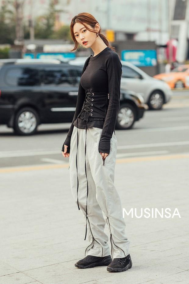 Street style giới trẻ Hàn tuần qua chứng minh đỉnh cao của mặc đẹp chính là lên đồ đơn giản hết cỡ nhưng vẫn đẹp hết nấc - Ảnh 2.