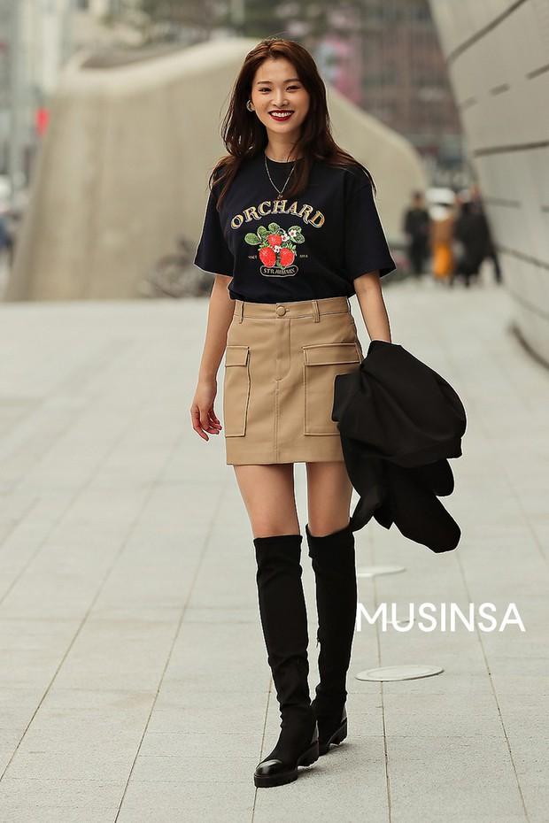 Street style giới trẻ Hàn tuần qua chứng minh đỉnh cao của mặc đẹp chính là lên đồ đơn giản hết cỡ nhưng vẫn đẹp hết nấc - Ảnh 4.