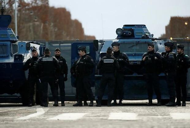 Pháp điều động cả xe bọc thép để ngăn người biểu tình Áo vàng - Ảnh 1.