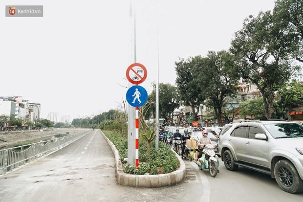 Đường đi bộ ven sông Tô Lịch: Xe máy phi ầm ầm dù có biển cấm, xe đạp vượt 3 hàng rào sắt trong ức chế - Ảnh 6.