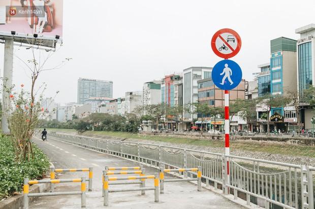 Đường đi bộ ven sông Tô Lịch: Xe máy phi ầm ầm dù có biển cấm, xe đạp vượt 3 hàng rào sắt trong ức chế - Ảnh 5.