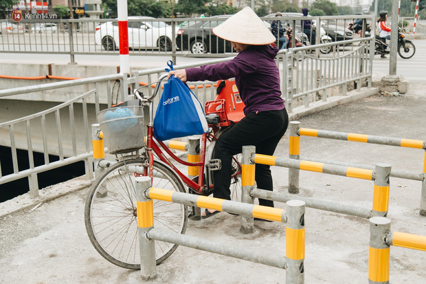 Đường đi bộ ven sông Tô Lịch: Xe máy phi ầm ầm dù có biển cấm, xe đạp vượt 3 hàng rào sắt trong ức chế - Ảnh 10.