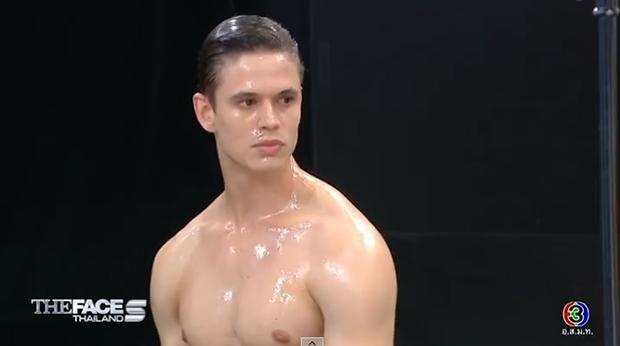 Anh chàng này có gì hấp dẫn mà lần nào khoe body cũng khiến các cô gái The Face Thailand trầm trồ? - Ảnh 1.
