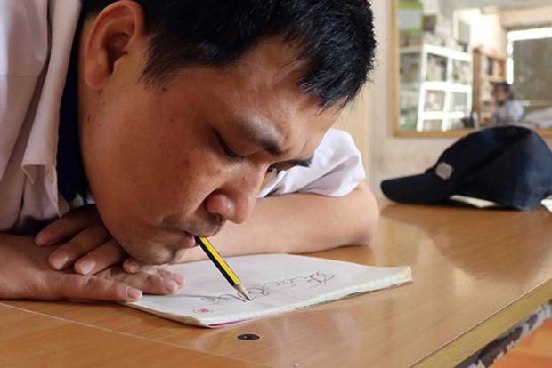 Chuyện cổ tích về chàng trai viết chữ bằng… miệng - Ảnh 1.