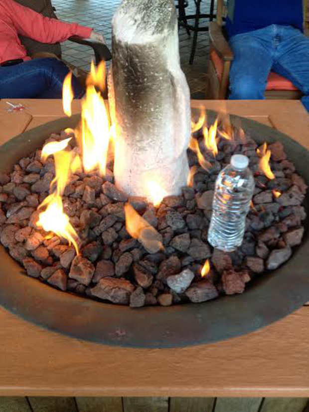 Đây là lý do tại sao trên thế giới không ai ném chai nước vào lửa để chữa cháy - Ảnh 2.