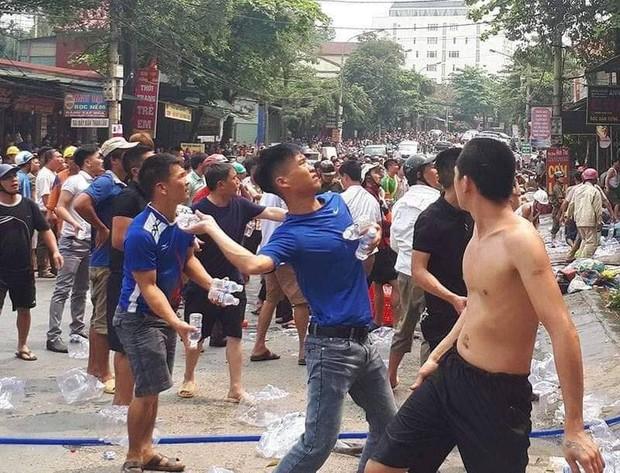 Clip: Người dân ném hàng trăm chai nước vào đám cháy để dập lửa ở Hà Tĩnh - Ảnh 2.