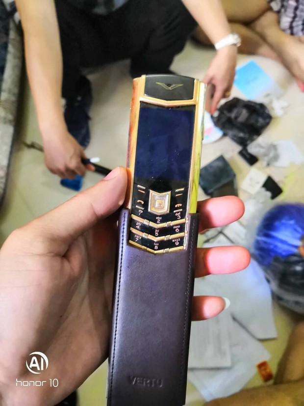TP HCM: Bắt kẻ vào chùa trộm túi xách chứa điện thoại Vertu cùng ngoại tệ trị giá hơn 1 tỷ đồng  - Ảnh 2.