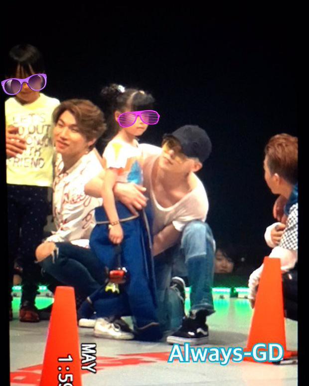 Top khoảnh khắc sao nam Hàn ga lăng làm tan chảy trái tim chị em: 3 soái ca vướng scandal của Seungri lọt danh sách - Ảnh 6.