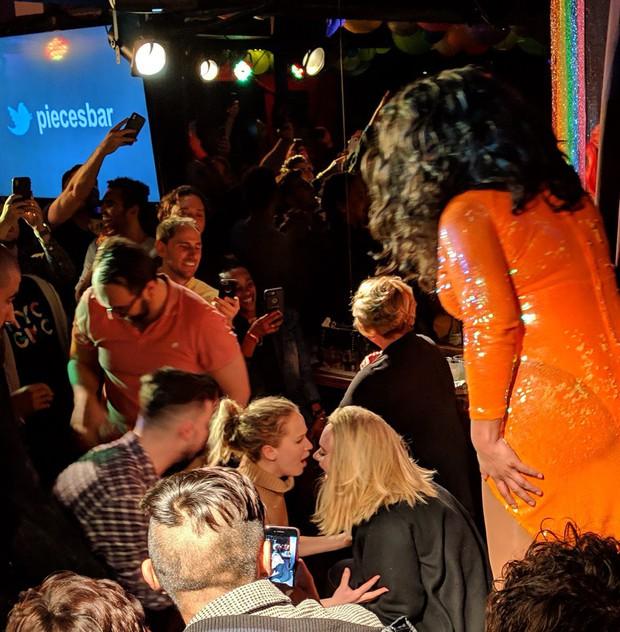 Đều đã có chồng và vị hôn phu, 2 nữ minh tinh Adele và Jennifer Lawrence bỗng xuất hiện thân mật tại bar đồng tính - Ảnh 3.